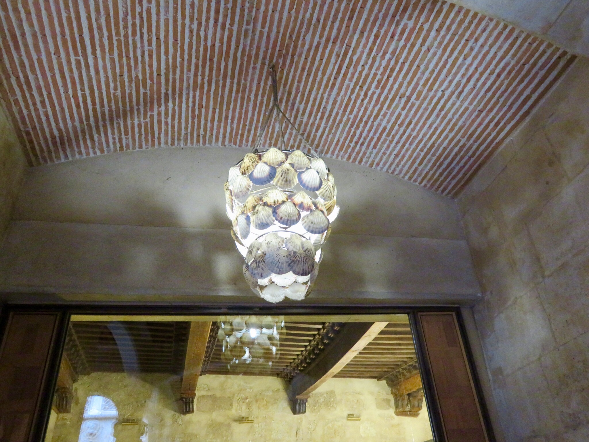 Baos de montemayor to salamanca taking our time we saw the casa de los conches decorated with camino shells it is used as a library and has a shell lamp inside arubaitofo Gallery